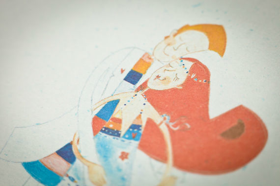 • Underwaterlove  Cores quentes e sumarentas, com um aroma a Verão e a mar, vestidos esvoaçantes, camisas de linho e pés  descalços, cocktails coloridos, muito amor e um sol brilhante a aquecer o coração… Se é este o vosso plano, é este o nosso convite!  Este convite é impresso em fine paper iridescente com partículas azuis. O texto é impresso a azul e a fonte recomendada é a Horatio.
