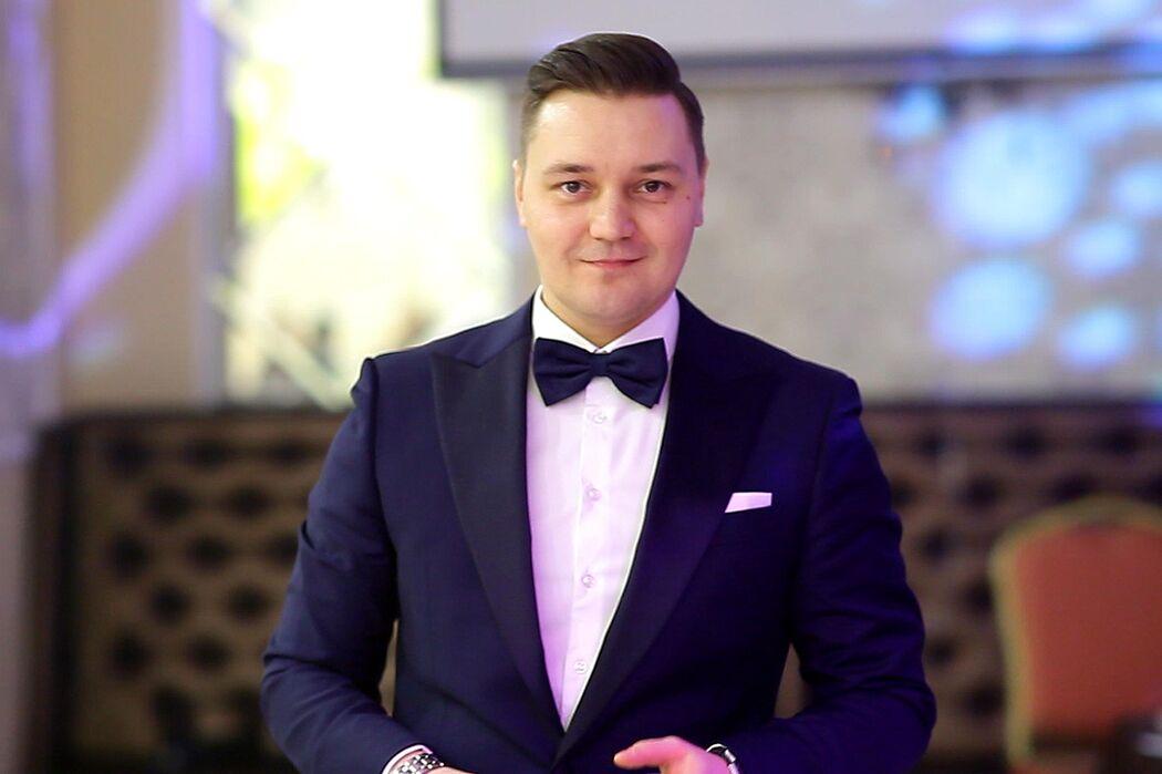 Ведущий Евгений Ярс