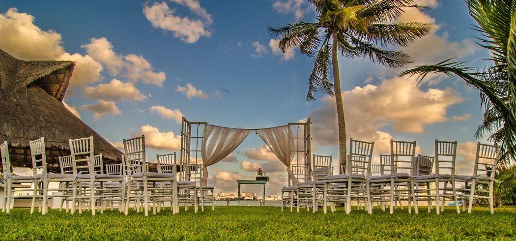 Decoración para ceremonias #mobiliarioparaeventos, #bodasenlaplaya #beachweddings #centrosdemesa #centerpieces #bodasencancun #partyboutiquecancun #udwfinefurniturerental #prettyflowerscancun