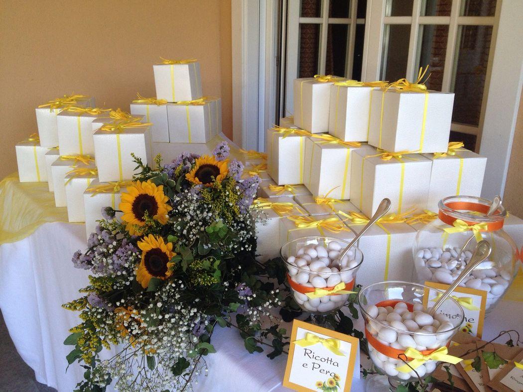 Allestimento tavolo confettata e bomboniere per matrimonio a tema giallo arancione girasoli