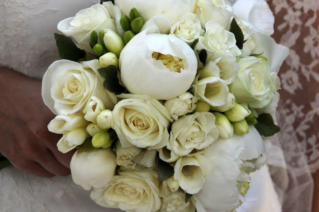 Bouquet de pivoines, roses et freesias