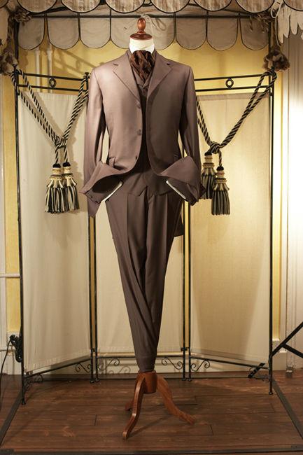 Beispiel: Anzug, Foto: Tripleaaa.