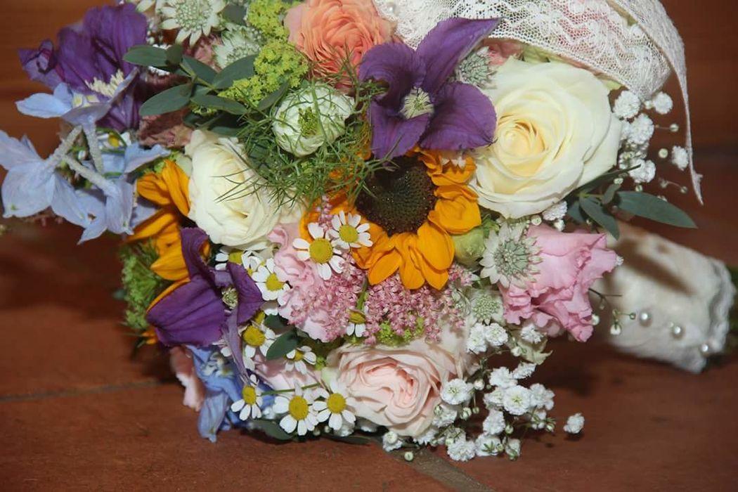 Fröhlich und farbenfroh für eine Hochzeit mit Hüttenfeeling.