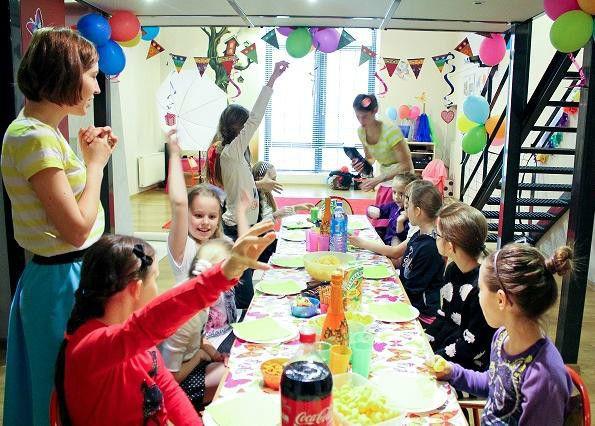 Dzieci bawiące się przy stole