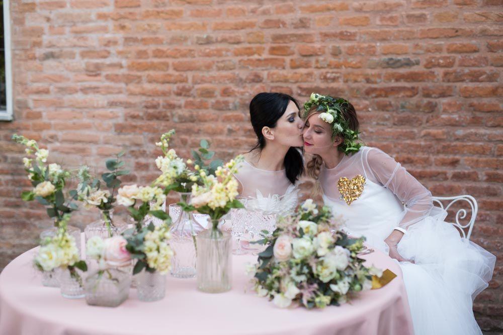 Le spose presso il loro tavolo nel giardino interno