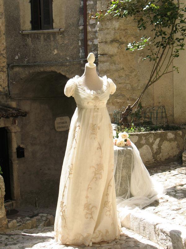 Riproduzione Abito da sposa 1810. Yes wedding planner collabora con famosi costumisti per realizzare un abito da sposa studiato e creato sul tuo personaggio