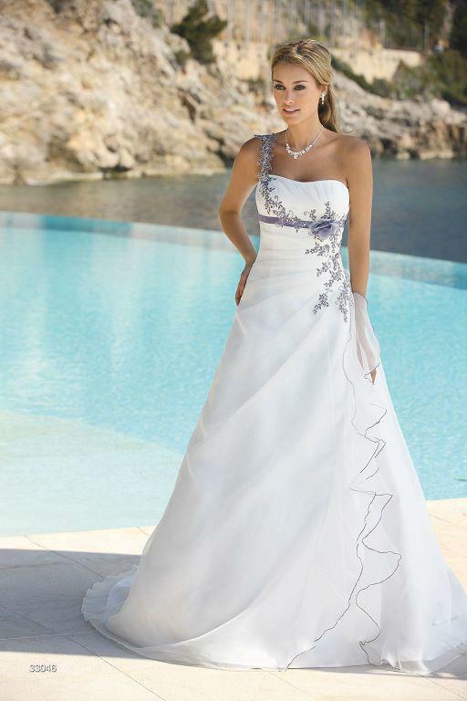 Beispiel: Besticktes Brautkleid, Foto: Sanela Brautmoden.
