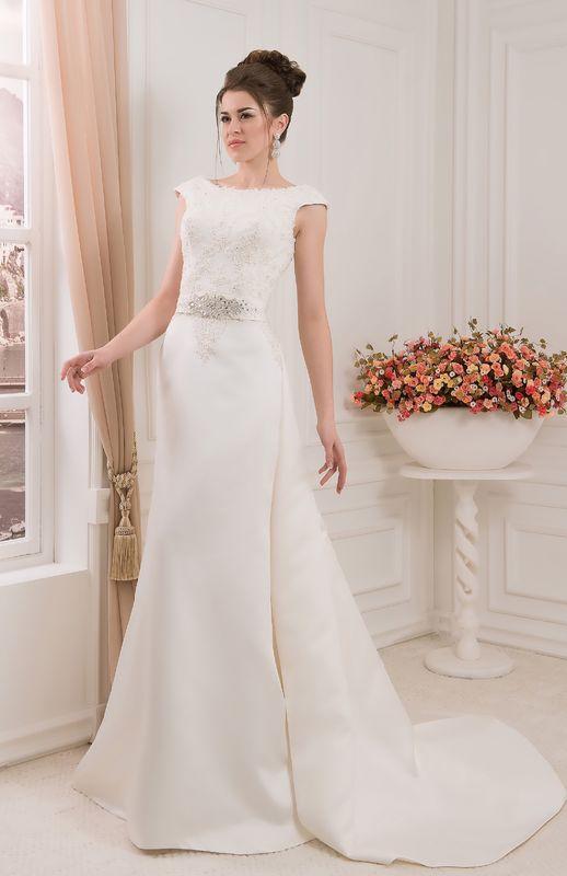 Robe de mariée longue avec traine amovible. A découvrir dans notre boutique de mariée de Versailles 78