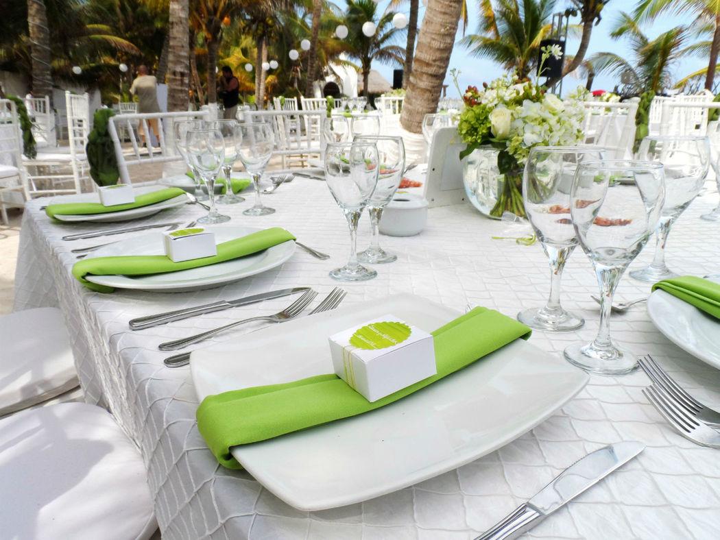 La elegancia y formalidad se integran perfecto en tu boda en la playa