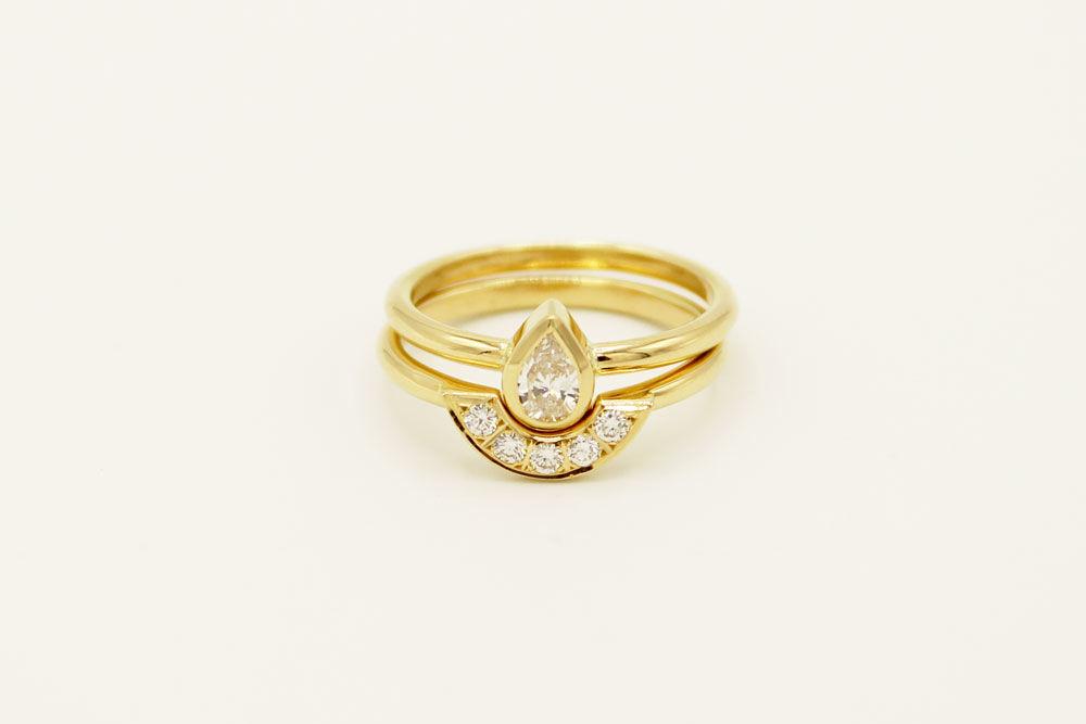 Oro amarillo 18k con diamante corte pera y diamantes.