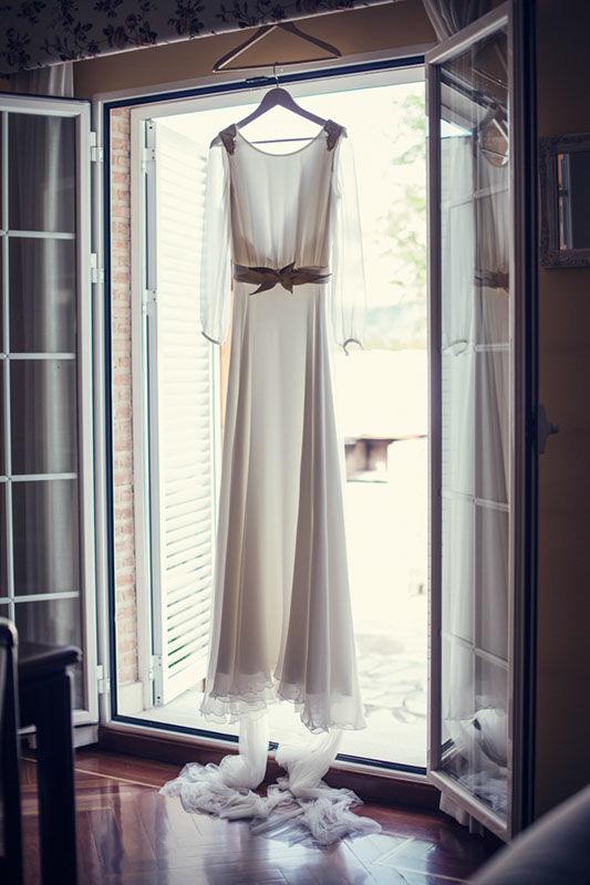 Boda militar. Vestido de crepe de seda con capa desmontable de tul de seda.  Vestido de novia de Cristina Piña.