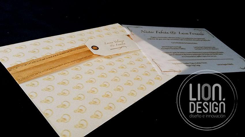 Linda tarjeta en colores crema, estampa el sobre con los diseños que prefieras.