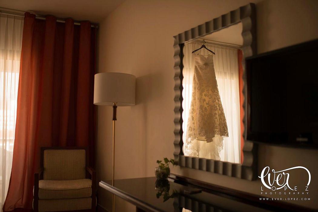 Fotos del vestido de novia durante el arreglo, maquillaje y peinado en el hotel  Fotografia de boda por fotografo profesional de bodas Ever Lopez