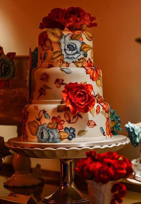 Confiserie de Lu - Bolo de casamento pintado à mão com a estampa personalizada dos noivos e flores em açúcar