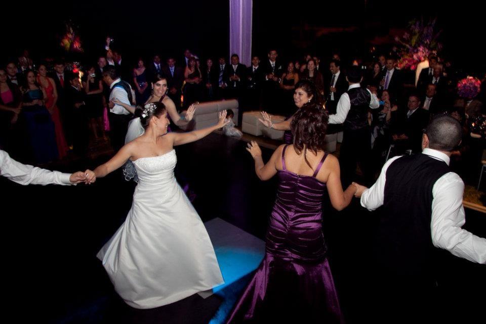 Realmente es un orgullo cuando nuestros alumnos disfrutan de su Baile mostrando su alegría con total confianza. Con Magaly  & Luis todo salió excelente :)
