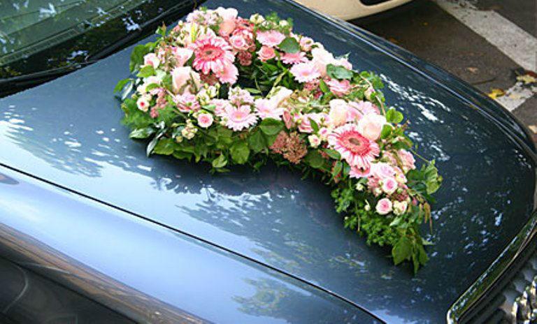 Beispiel: Floraler Autoschmuck, Foto: Blumen Dürr.