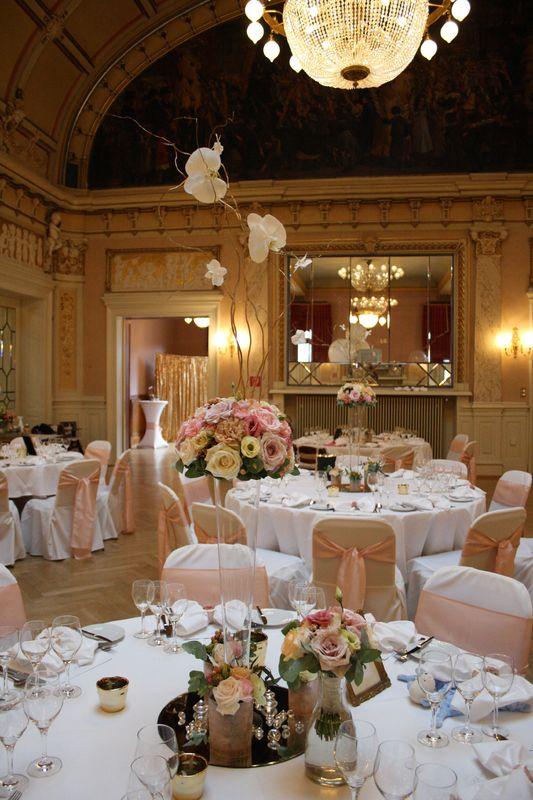 Tischdekoration mit Wow-Effekt für die Traumhochzeit im Ballsaal der Heidelberger Kongresshalle. Konzept in zarten Pastell-Tönen & Gold