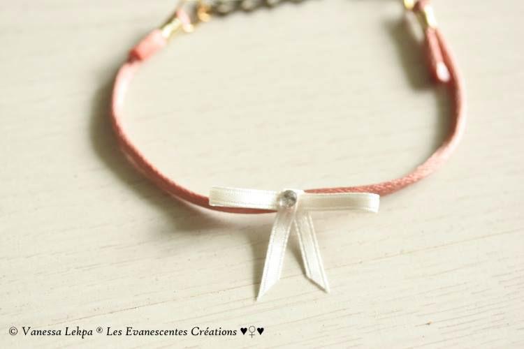Bracelet raffiné et élégant en satin de soie rose ancien avec son noeud de satin et son cristal Swarovski