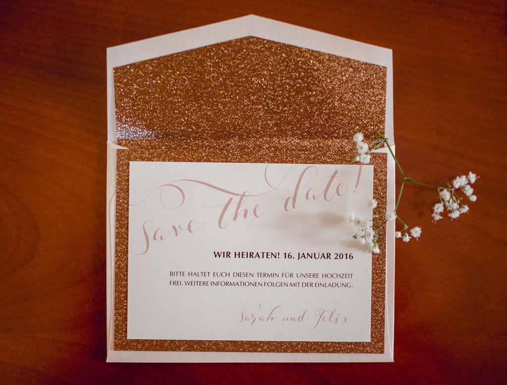 Save-the-date-Karte zum Farbthema Kupfer und Rosé mit glitzerndem Innenfutter des Briefumschlages