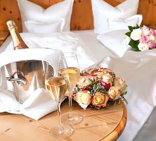 Beispiel: Zimmer - Detail für das Brautpaar, Foto: Freisinger Hof.