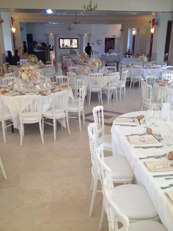Salle du dîner de mariage au château Le Saz