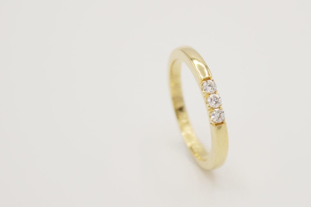 Oro amarillo 18k con diamantes.