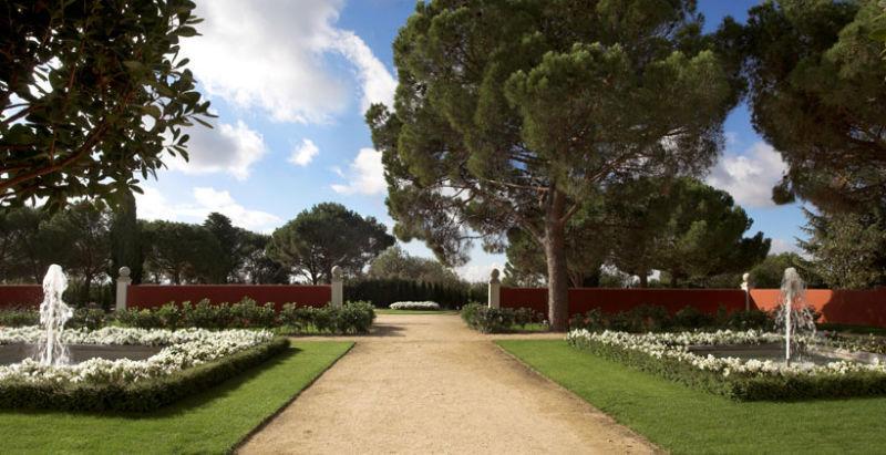 Jardines y entrada