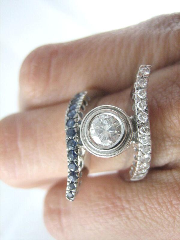 El mismo modelo con diferentes materiales cambia por completo! Esta versión es de oro blanco con diamantes y zafiros. Diseño exclusivo de Victoria de la Calva.