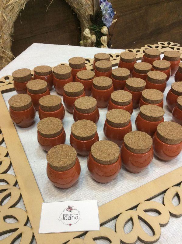 Ofertas Dec acordo com o tema do casamento. Potinhos de barro com azeite e pepitas de ouro, para um casamento Grego.