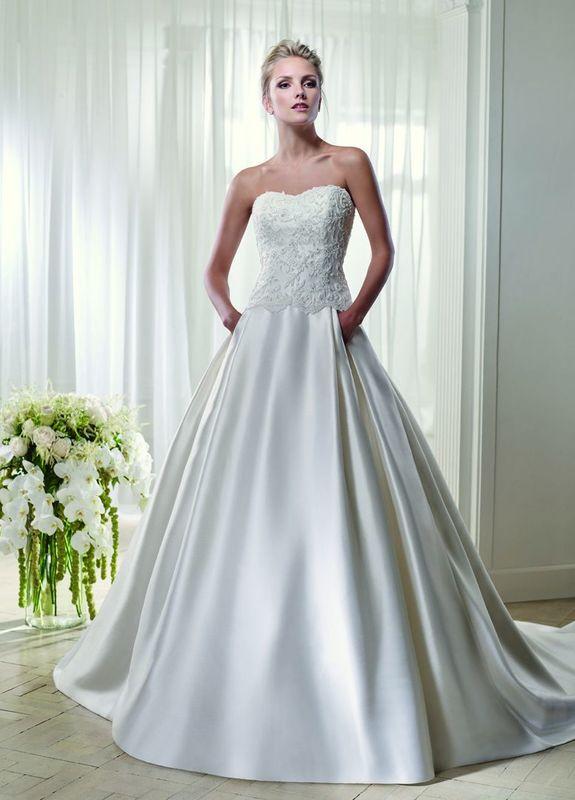 Auch schlichte, elegante Brautkleider aus wunderbaren Stoffen mit raffinierten Schnitten finden Sie in unserem persönlich von Sabine Kuch ausgesuchten Sortiment.
