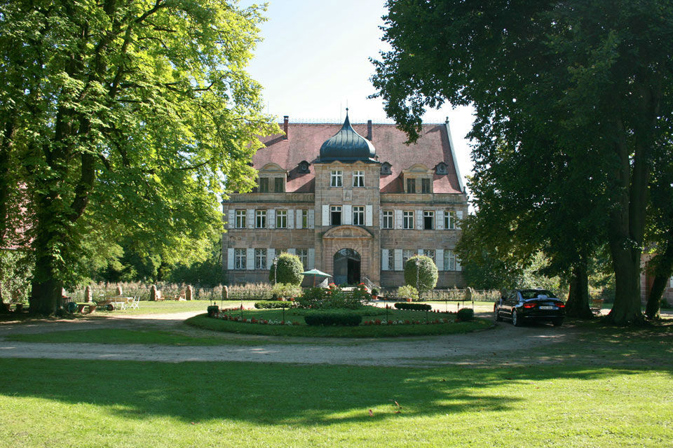 Beispiel: Außenansicht, Foto:  GenussRäume der SchulerGruppe - Schloss Dürrenmungenau.