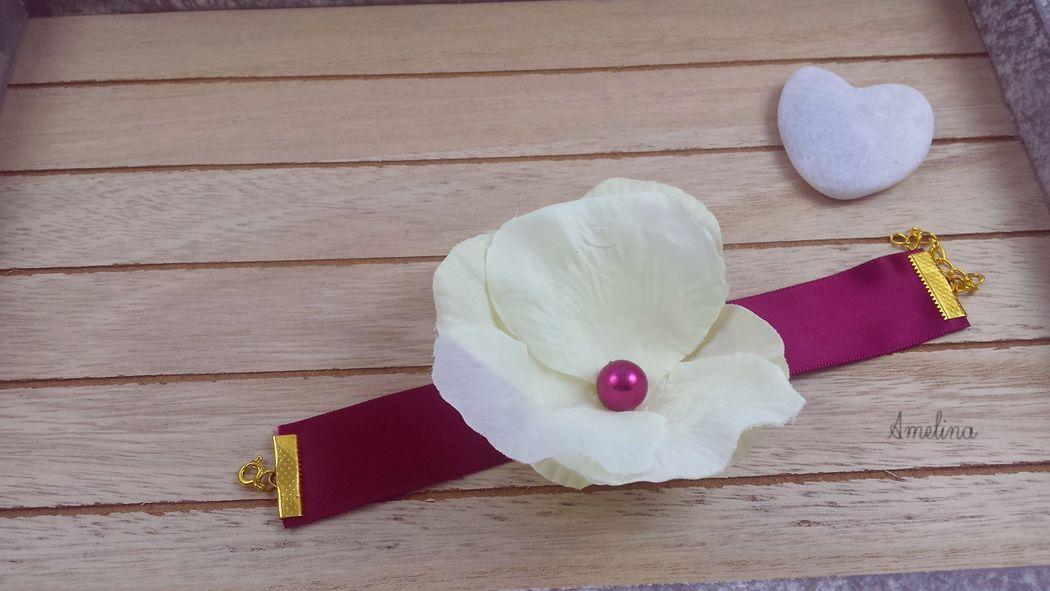Amelina - Bracelet Lana Fleur de soie entièrement réalisée à la main sur un ruban de satin coordonné. Entièrement personnalisable.