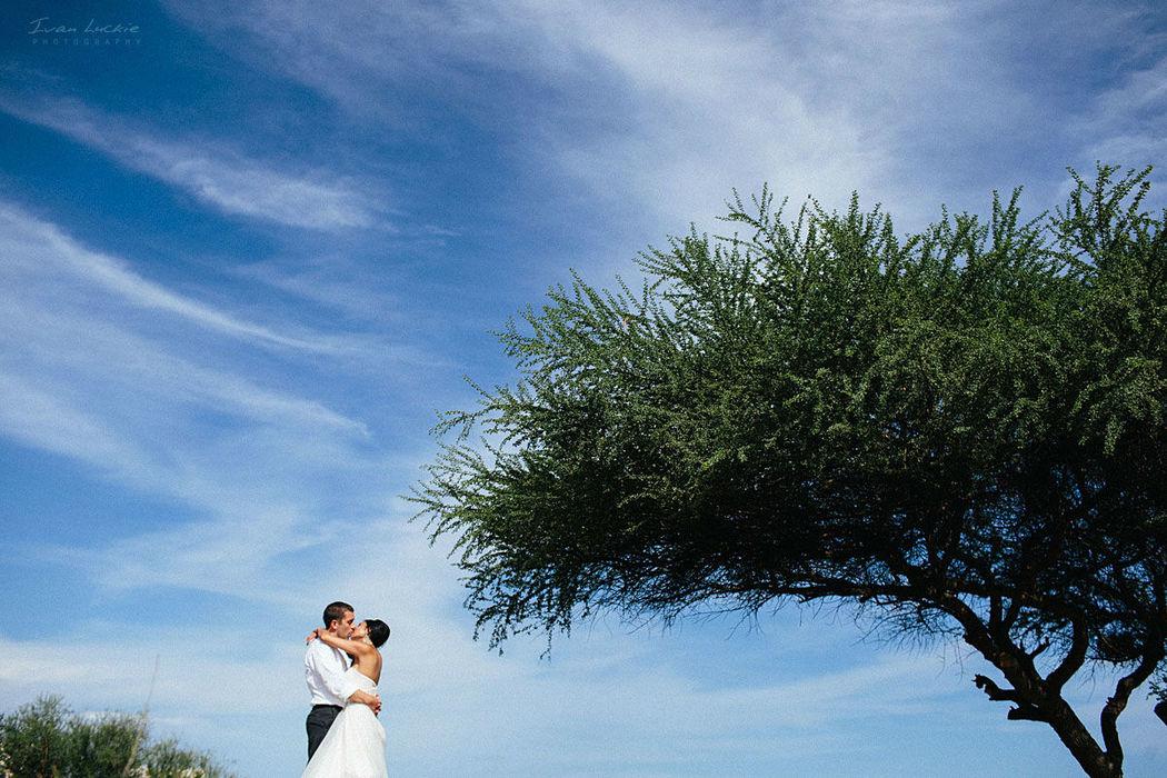 Foto de Boda el Los Cabos un hermoso cielo azul con nubes dispersadas bellamente