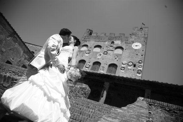 Una coppia di sposi nel borgo medievale di Certaldo Alto, ospiti dell'Hotel Certaldo