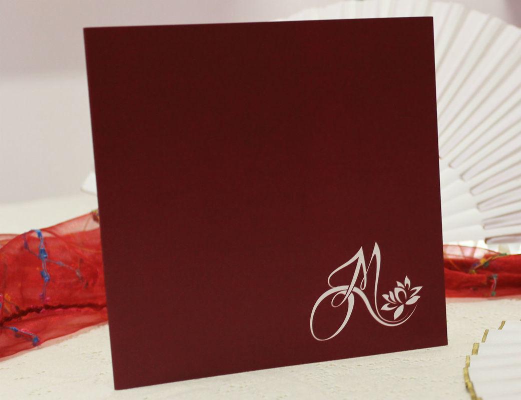 Coi Fiocchi wedding design - partecipazione di nozze color vinaccia con iniziali degli sposi
