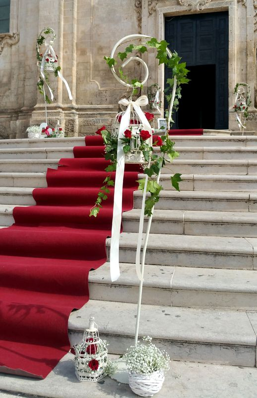 OGGI SPOSI A MATERA, rossevents in San Francesco, dettaglio allestimento ingresso cattedrale. White & red, romanticamente rosso