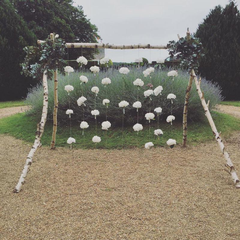 Arche fleuri avec des hortensias blancs
