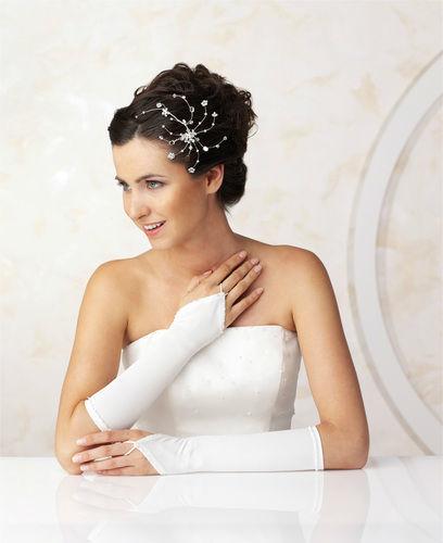 Beispiel: Braut mit Haarschmuck und Handschuhen, Foto: Marry Me.