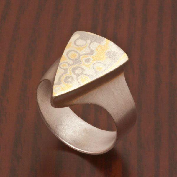 Beispiel: Mokume Gane Ring, Foto: Wiesner - Die Goldschmiede.