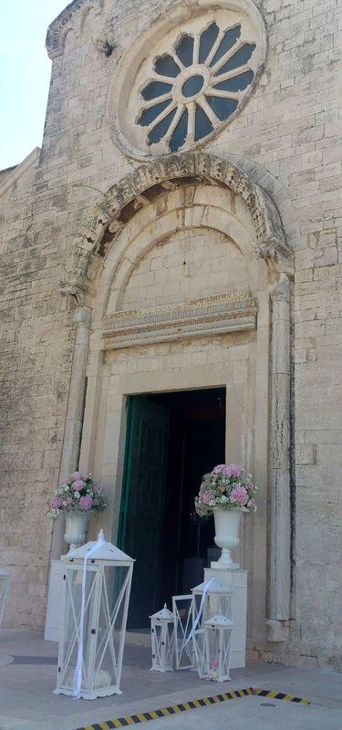 MATRIMONI all'ITALIANA. Candidamente bianco, con tessuti di seta fluidi e ortensie rosa a sostituire le candele nelle lanterne. Ad ammorbidire il progetto floreale nella sua statuarietà.