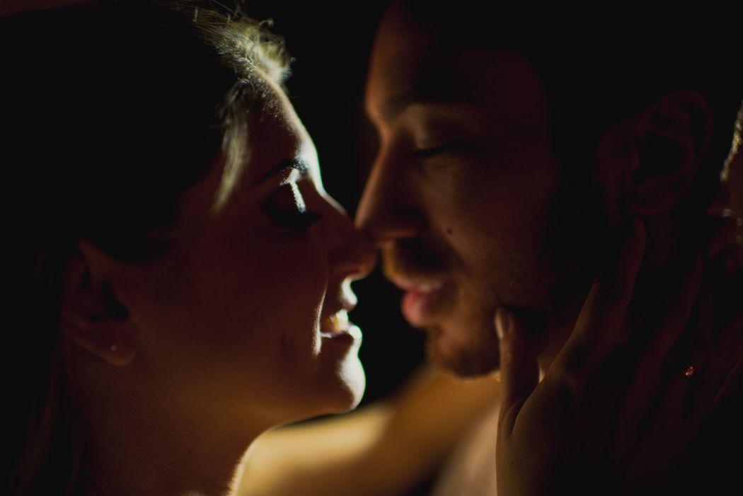 noivos se beijando em um luz intimista