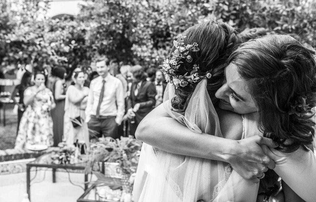 Abrazo de amiga. Juan Aunión, Fotógrafo de Bodas en Badajoz