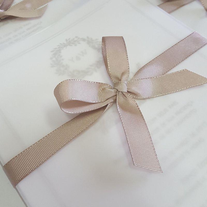 Convite com envelope em papel vegetal.