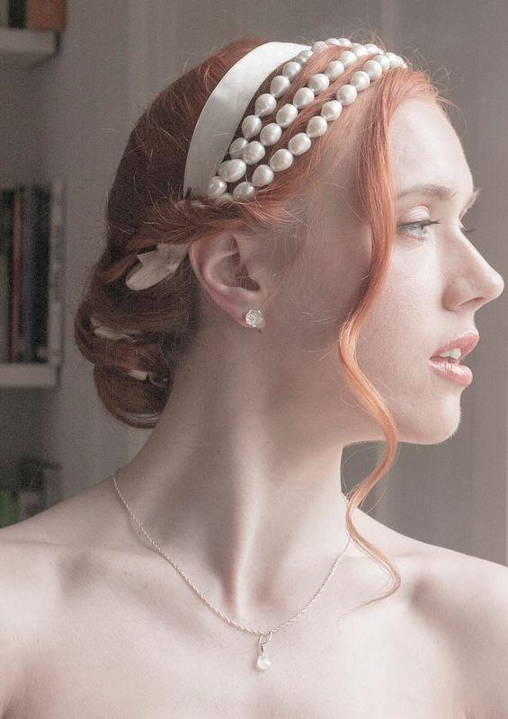 Clous d'oreilles fleurs, pendentif pierre de lune, collier de perles 3 rangs dans les cheveux