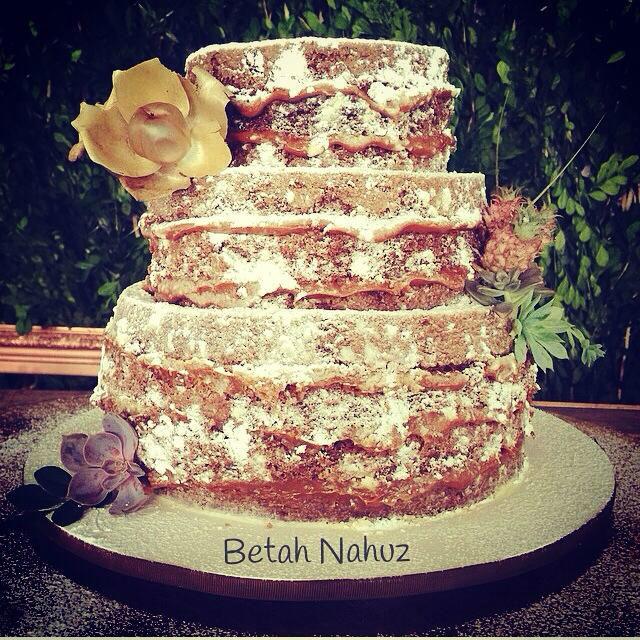 Naked cake rústico com mini abacaxis, suculentas e flor seca - Flores - Alecrim Floral