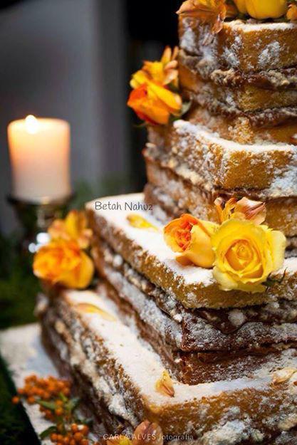 Naked cake quadrado com rosas naturais colombianas e nosso exclusivo recheio de doce de leite da fazenda