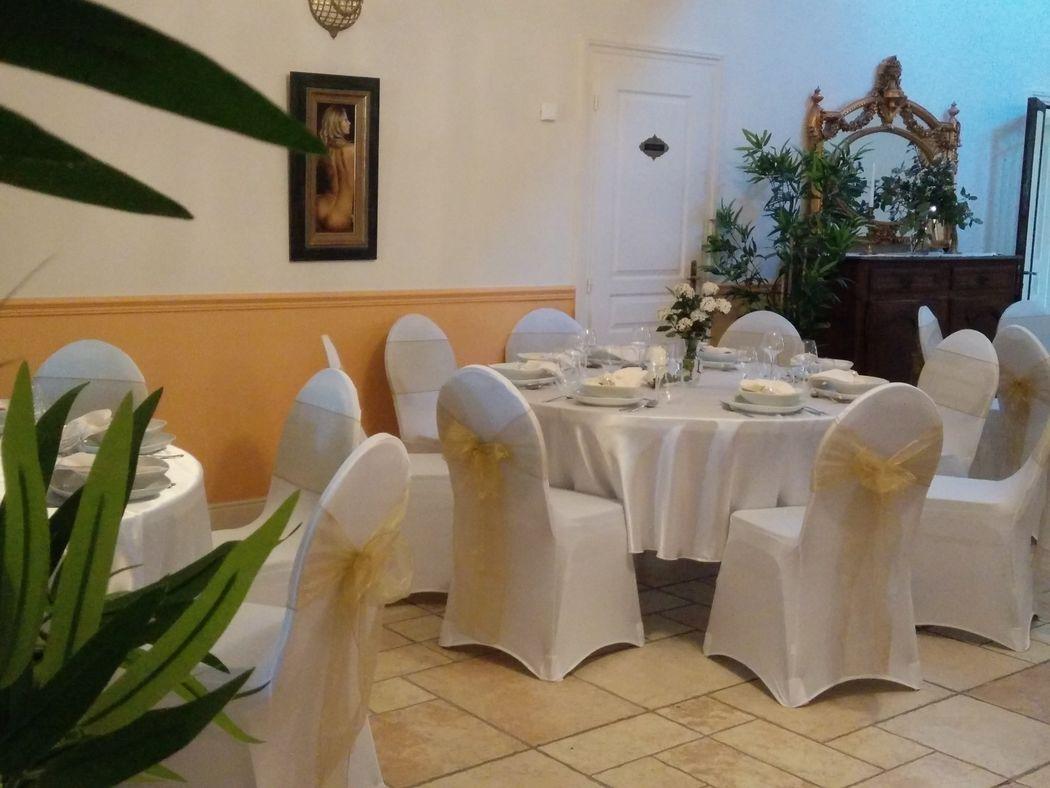 Dans la salle voisine, nous pouvons avoir 3 tables rondes et une rectangulaire pour au total 50 invités.