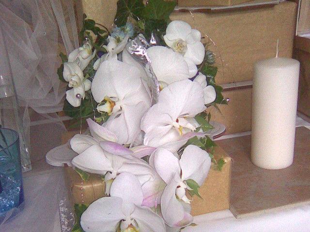Beispiel: Blumengesteck mit weißen Orchideen, Foto: Blumenstudio Marzahn.