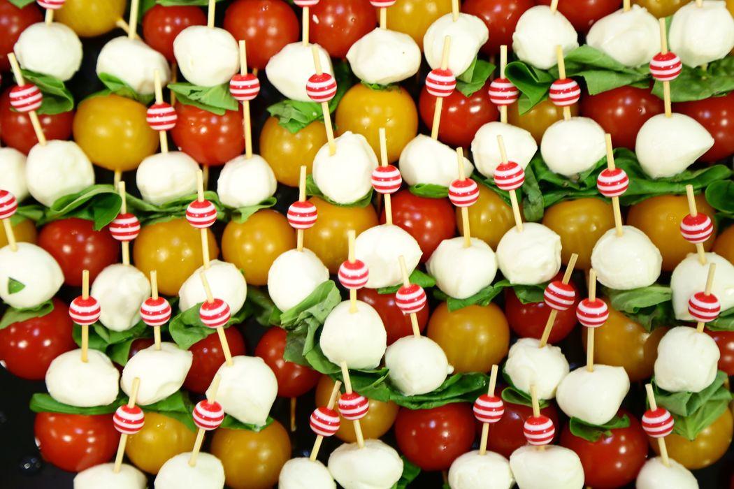 Brochette tomate cerise - bille de mozza - feuille de basilic