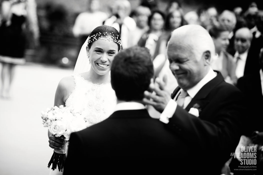 fotografía espontanea del padre de la novia en la entrada a la ceremonia